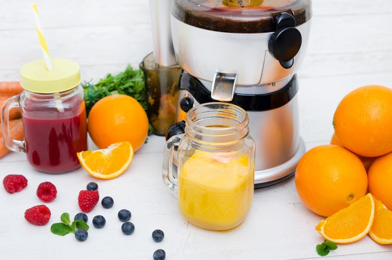 Juicer juicing produce
